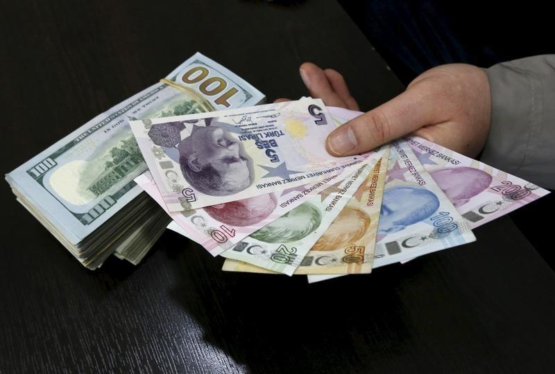 الليرة التركية تتراجع أمام الدولار مع اقتراب الانتخابات